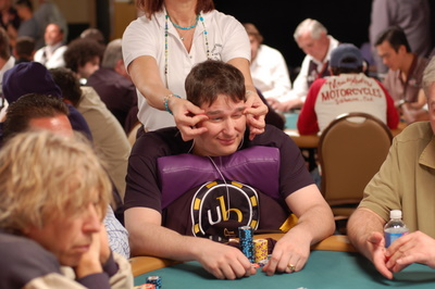LE LOOK AU TABLES DE POKER Phil-hellmuth-helped-by-doctors